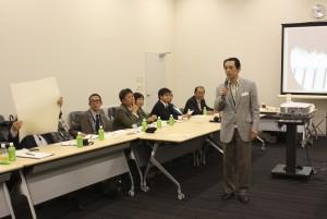 和紙を会員に見せながら話される山根先生